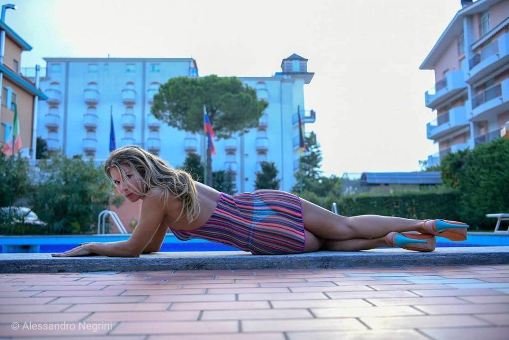 Sunset in the roof pool! with @simo_pasqual, @tiziano.pasqual.5, @trincanatonicola #sunset #hotelaltinatejesolo #sunsets #sunsetlovers #all_sunsets #sunset_pics#swimming #swimmingpool #nightswimming #swimmingtime #swimmingpool #hotel #sensual #colors #shutz #shutzshoes #legs #feet #hoteljesolo #luxuryhotels #luxurystyle #luxuryfashion  #luxurylife #travel #summer #jesolo2018