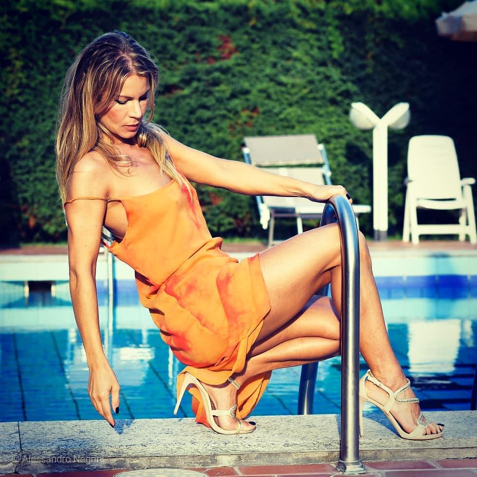 Sunset in the roof pool! with @simo_pasqual, @tiziano.pasqual.5, @trincanatonicola #hotelaltinatejesolo #sunset #sunsets #sunsetlovers #all_sunsets #sunset_pics#swimming #swimmingpool #nightswimming #swimmingtime #swimmingpool #hotel #sensual #colors #shutz #shutzshoes #legs #feet #hoteljesolo #luxuryhotels #luxurystyle #luxuryfashion  #luxurylife #travel #summer #jesolo2018