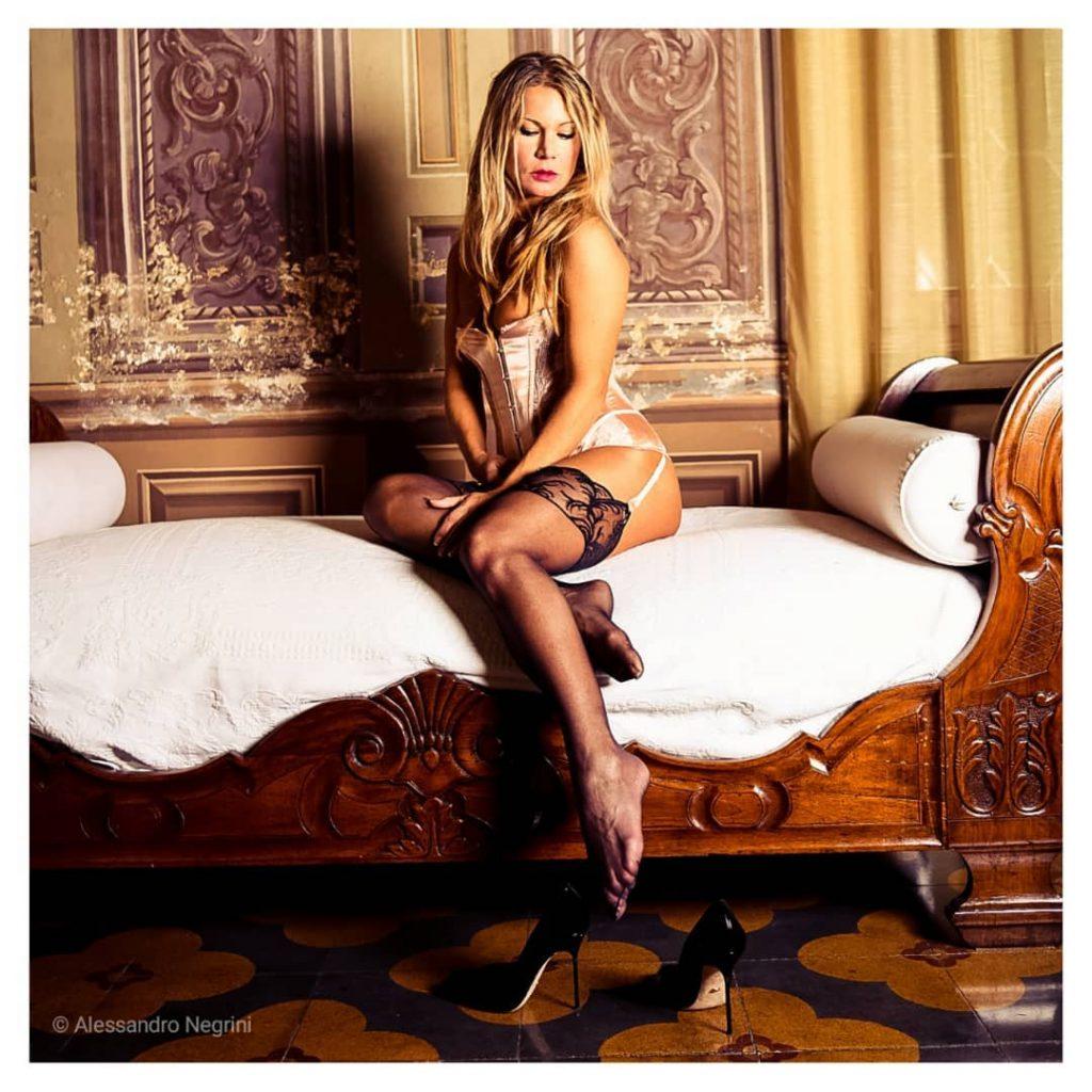 Woman in Love! #villapisani #palladio #andreapalladio #stockings #stocking #stockingfetish #stockingfeet #fishnetstockings #stockingsfetish #feet #feetlove #legs #nylonlegs #pleasureportraits #realfashionvillage