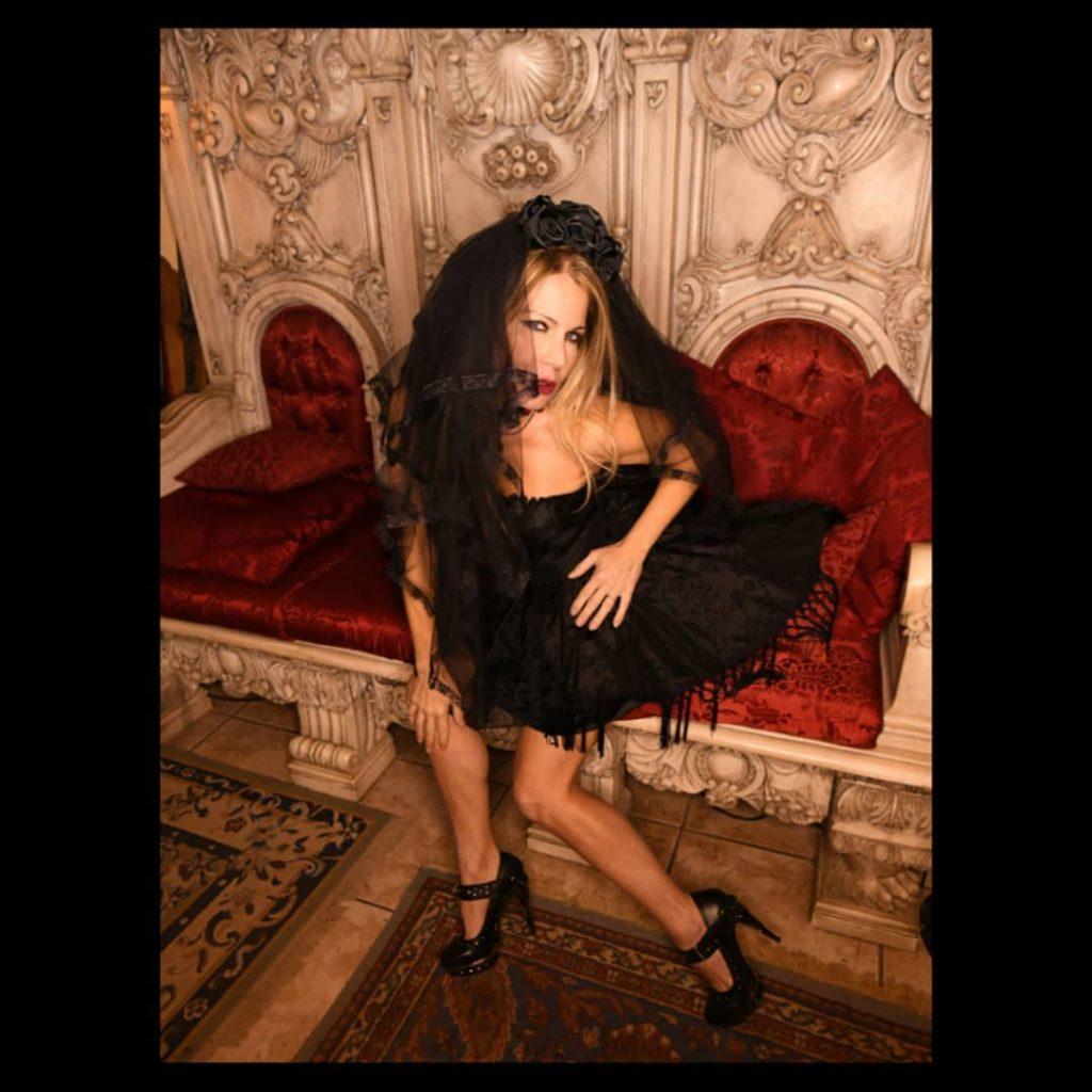 Dark Night at Rifugio degli Artisti! with @agathadevil @lambertinilisa1 @ilrifugiodegliartisti and Friends outfit by @gothicodilaportasullimaginario . (no postprodotta) #rifugiodegliartisti #gothicfashion #gothicart #newrock #shoesaddict #shoes #legs #steampunk #steampunkitalia