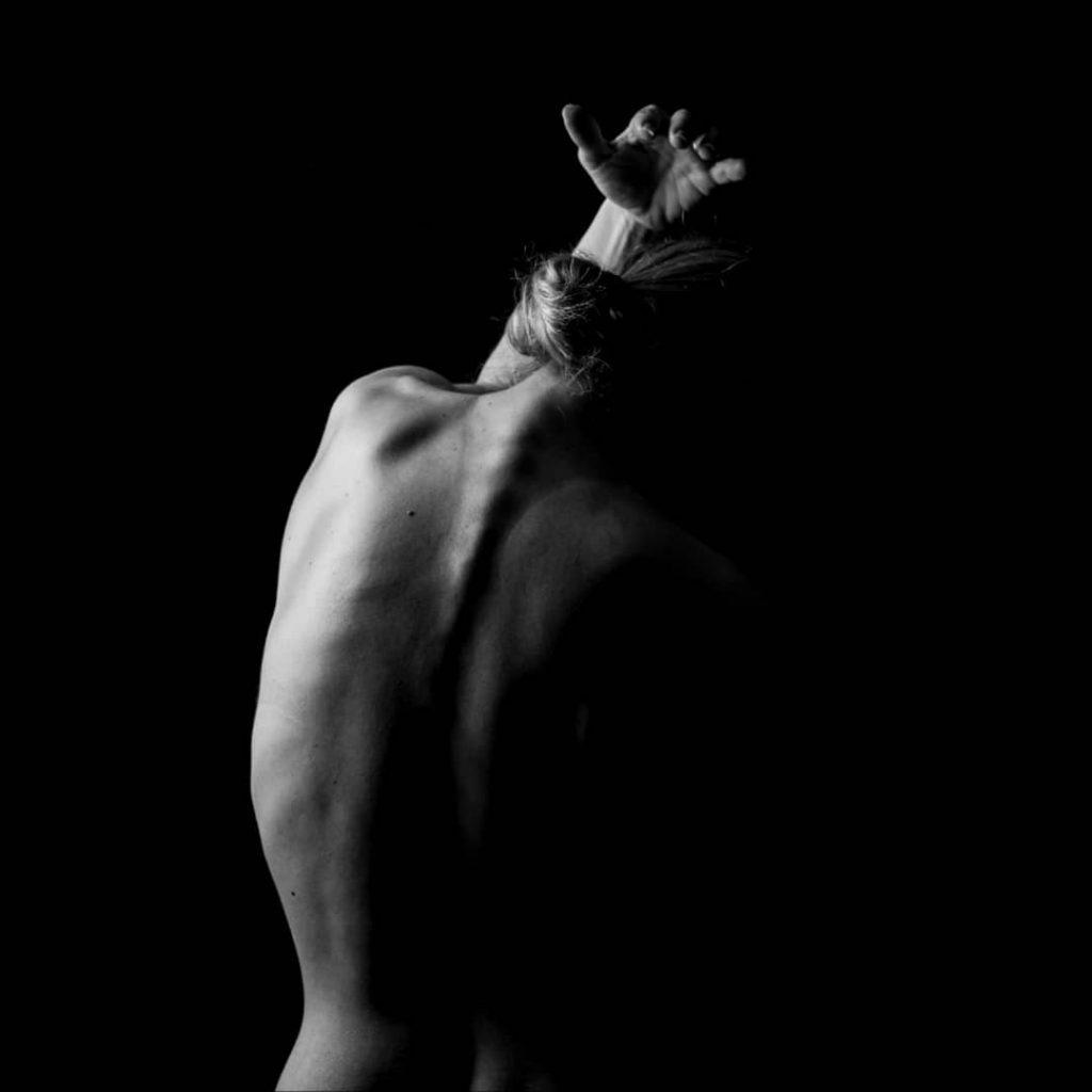 Una delle cinque fotografie che sono andate in mostra alla Biennale Milano dal 10 al 14 ottobre 2019 @agathadevil - The Ladder (Lido di Jesolo VE 2019)#blackandwhitephotography #blackandwhiteportrait #portraits# #vernissage #mostra #milano #portraitphotography #biennalemilano