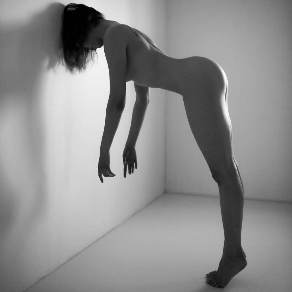 Una delle cinque fotografie che sono andate in mostra alla Biennale Milano dal 10 al 14 ottobre 2019 @ariarainbow - The Wall (Treviso 2019, con il supporto del maestro @francesco_chinazzo )#blackandwhitephotography #blackandwhiteportrait #vernissage #mostra #milano #biennalemilano #body #wall #perfection
