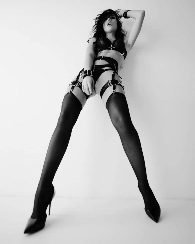 A day with @big_frontinaa #bnwportrait #bnw #bnwmood #blackandwhitepicture #blackandwhite #legs #stockings #highheels #longlegs #shoes