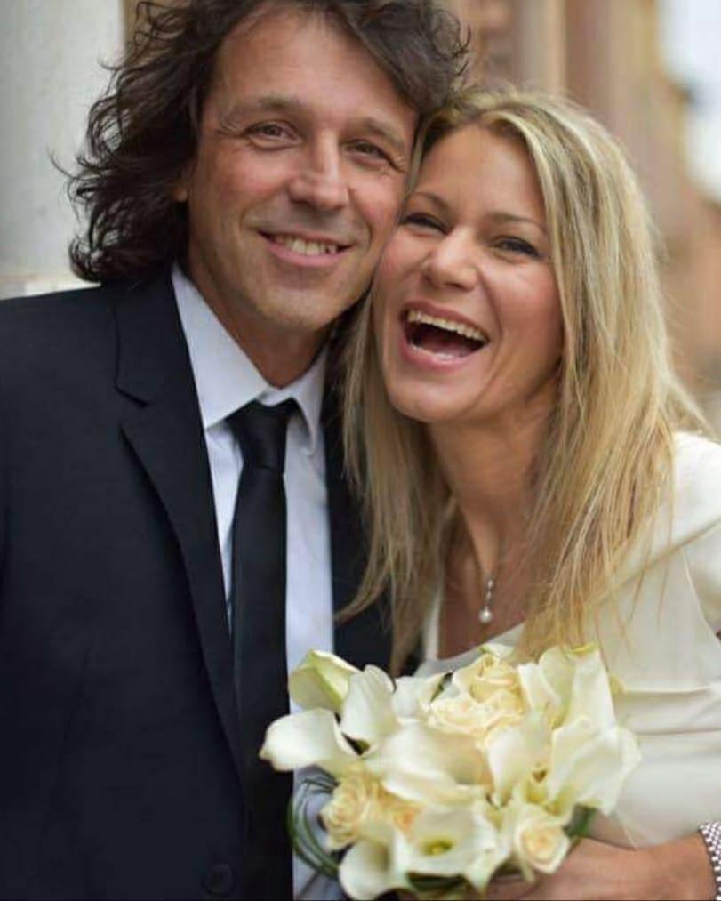 26 febbraio 20205 anni di matrimonio e quasi 25 di fidanzamento. Avevo promesso a mia moglie che l'avrei sposata non prima dei 40 anni, in quanto volevo che lei fosse convinta di fare il passo giusto al momento giusto. Il giorno dopo del suo 40^ compleanno, l'ho sposata in comune a Bologna di fronte a 20 invitati. Buon anniversario Claudia alias @agathadevil