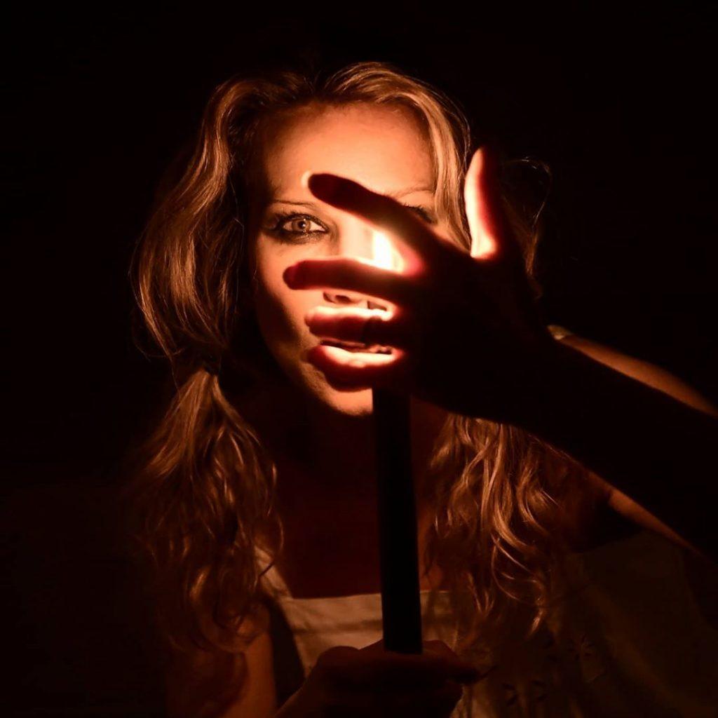 """""""Candlelight"""" with @agathadevil(Fotografia scattata e immediatamente postata senza postproduzione, come sempre, quando posso, soprattutto con le foto di mia moglie @agathadevil. Dovete sapere che non amo modificare gli scatti originali, in quanto mi piace lasciare il più possibile l'atmosfera creata al momento dello scatto)#portrait #portraits #portrait_mood #portraitphotography #portraitshoot #candle #candles #candlelight  #hand #hands #eyes #eye #look"""