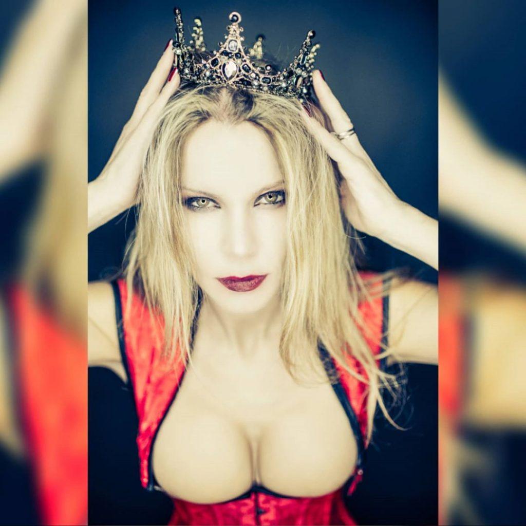 """Queen of Walls - Sono Historia Reiss, la vera sovrana di queste mura"" (L'attacco dei Giganti - Shingeki no Kyojin) with @agathadevil #attaccodeigiganti#crown #corset #reddress #makeup #quarantine #quarantinelife"