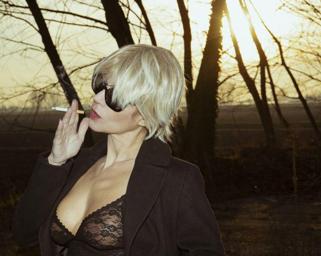 A Winter Afternoon with @agathadevil #wig #smoke #smoking #smokinggirl #smokingwoman #sunglasses #sunset #wood