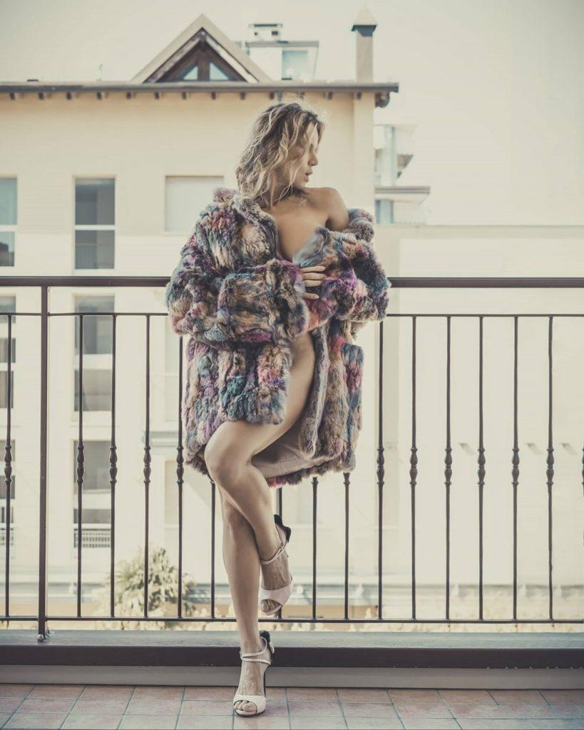 """Quarantine Day 48"" with @agathadevil shoes @lesilla #ladder #shoes #shoesaddict #legs #longlegs #highheels #highheelshoes #portraits #portrait #shoesaddict #shoeslover #fur #iorestoacasa"