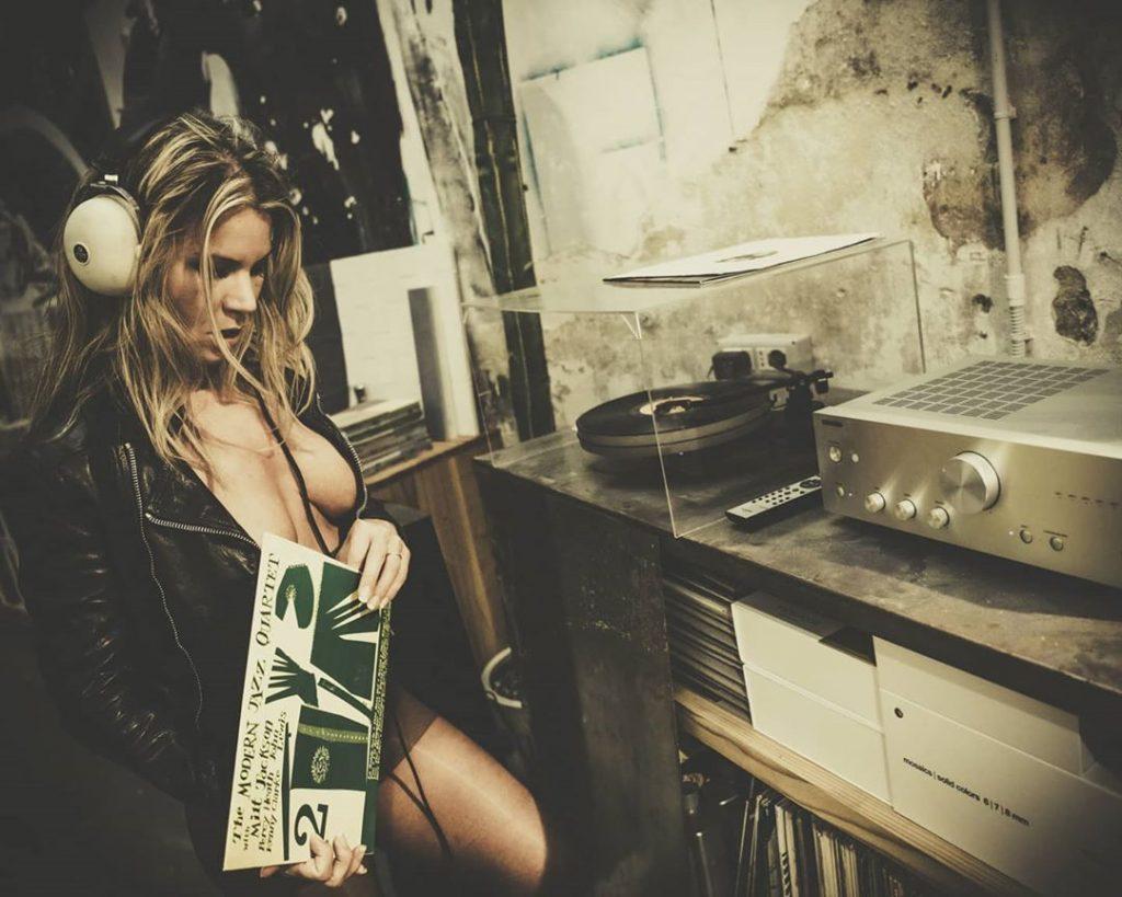"""Hey Mr D.J.- voglia di festa, di musica e di mare"" with @agathadevil jacket @fascinoofficial #music #leather #disc #jazz #jazzmusic #vinile #discjockey #hifi #stocking #party #partymusic"